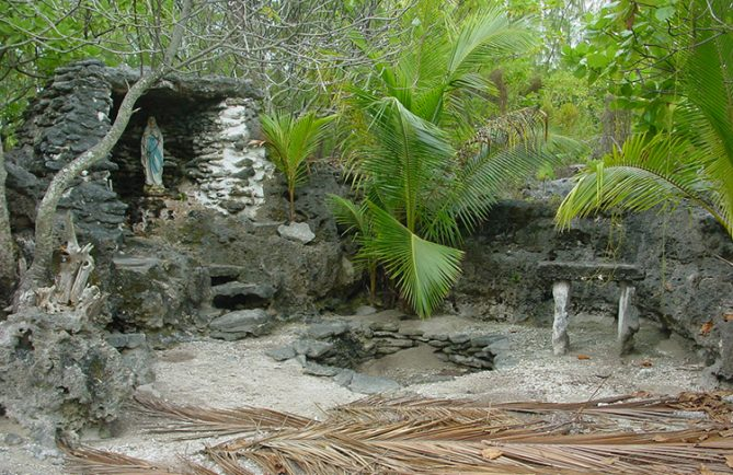 Grotte de Lourdes de Tukuhora, Anaa Tuamotu © Tahiti Heritage