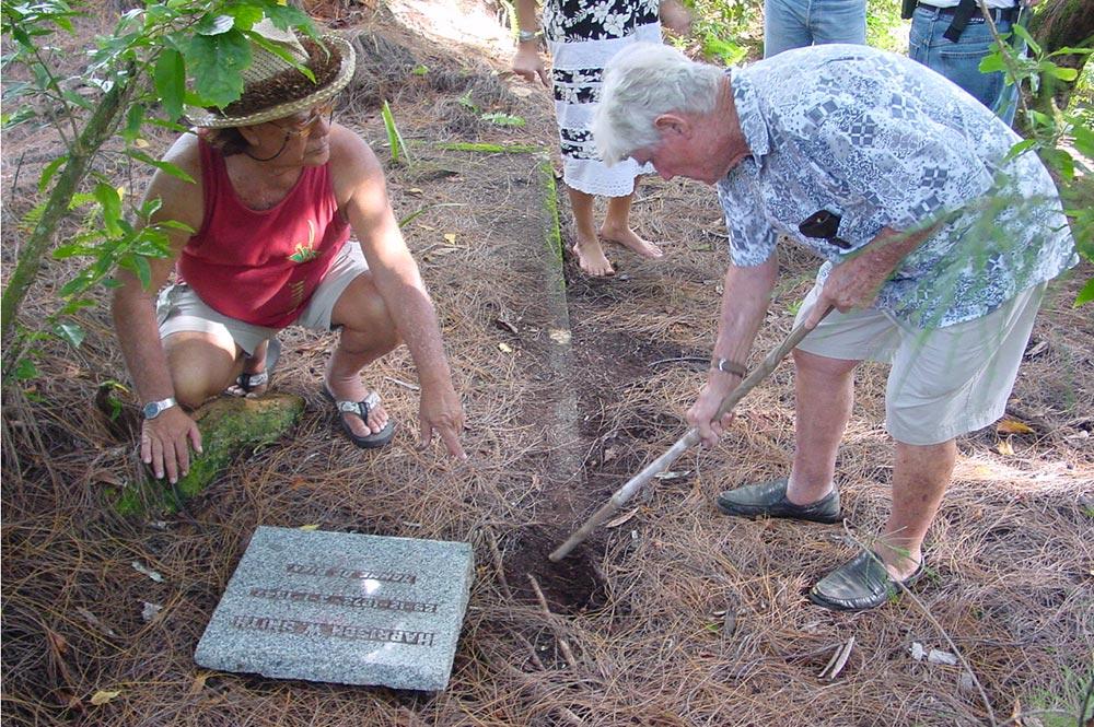 Talo Pambrun et J.F Boubée devant la tombe d'Harrison Smith en 2008
