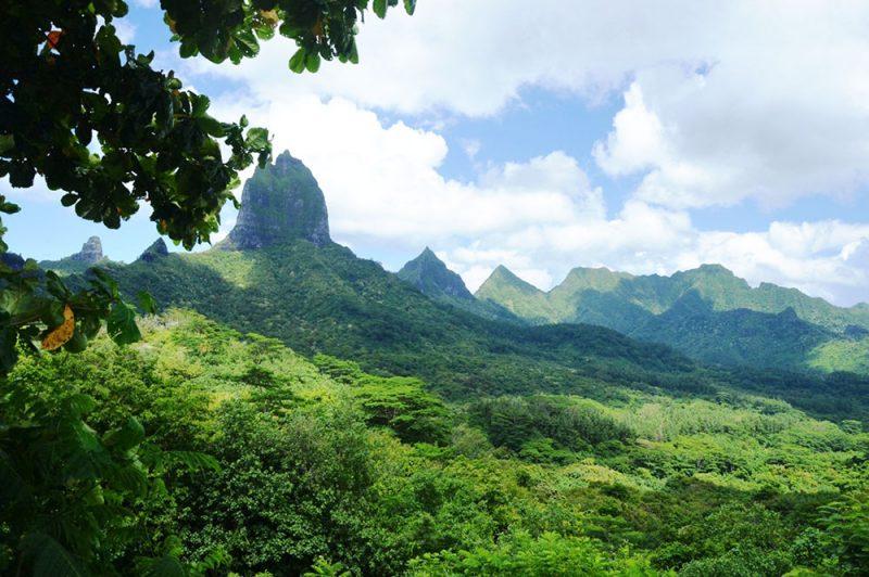 Montagnes de Moorea, à la gauche du belvédère.