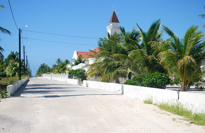 Village de Tepukamaruia à Napuka, rue de l'église © Tahiti Heritage