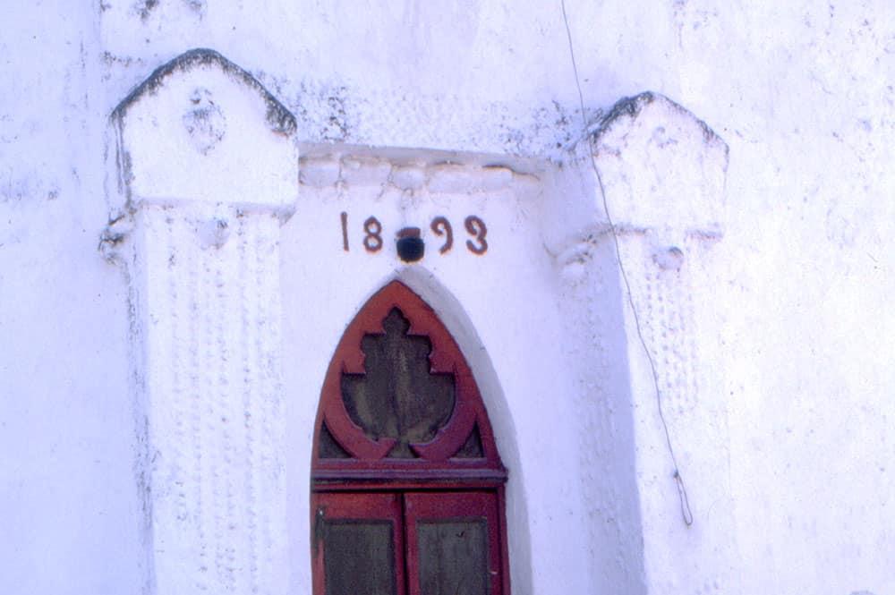 Porche de l'Eglise de Tureia, en 1971