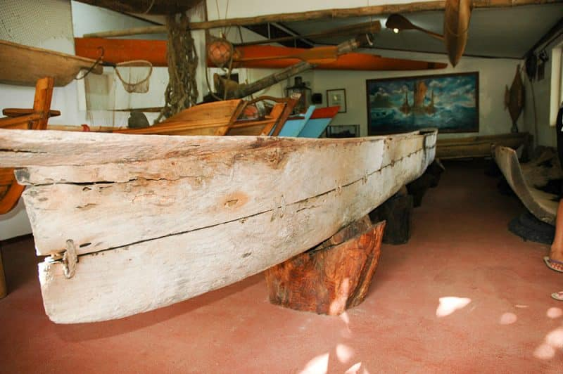 Ancienne pirogue au Musée de la mer de Ua Huka