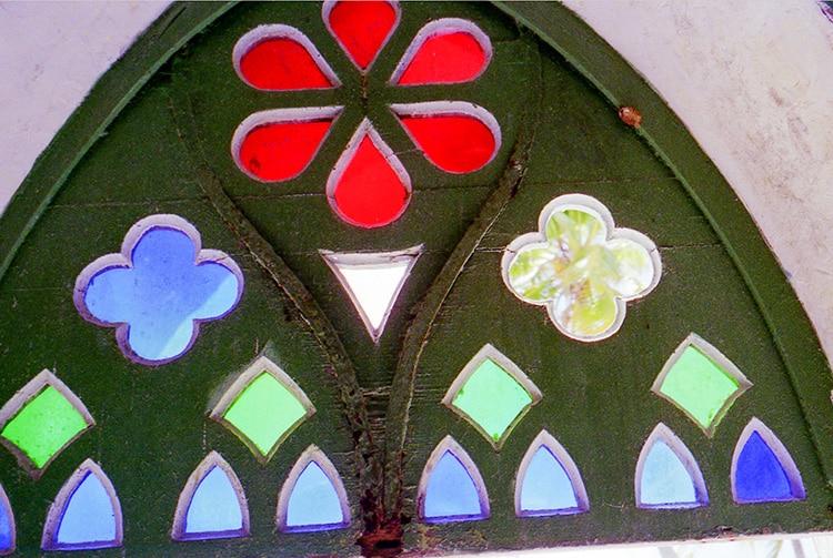 Vitrail de l'ancienne église de Hititake en 1998. © Tahiti Heritage