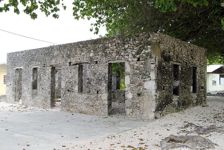 Maison en pierres pres de la passe de Hititake à Amanu
