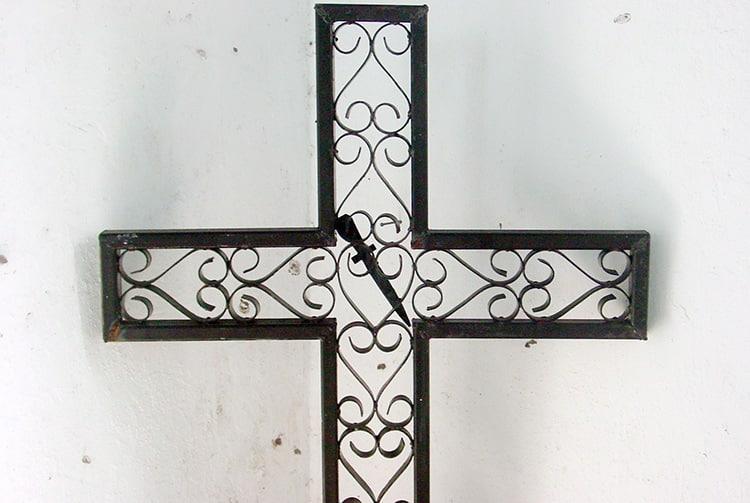 Croix de l'église Maria No Te Mauiui de Putuahara à Anaa, Tamotu