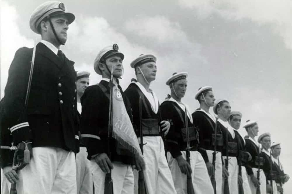 Piquet d'honneur présentant les armes lors de l'enterrement d'Alain Gerbault à Bora-Bora le 4 octobre 1947. ANOM