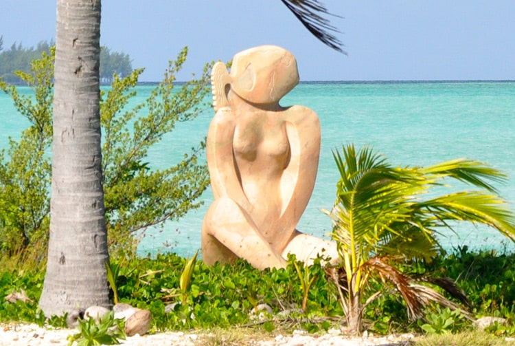 Vahine e ia, sculpture de l'aéroport de Bora Bora. Photo Elsa Fernicle