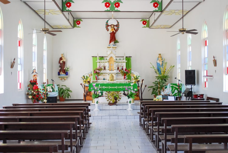 Intérieur de l'église Saint-Athanas de Fakahina © Tahiti Heritage