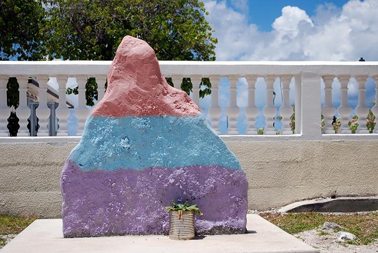 Pierre des droits des enfants de l'école primaire de Fakarava © Tahiti Heritage