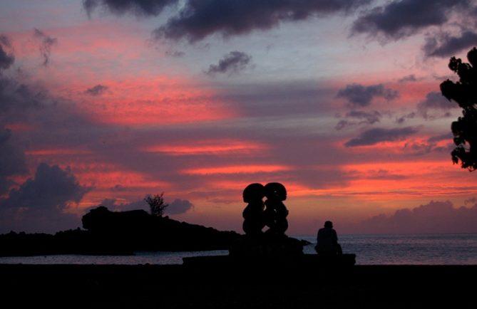 Coucher de soleil à Omoa, Fatu Hiva. Photo Purutaa.