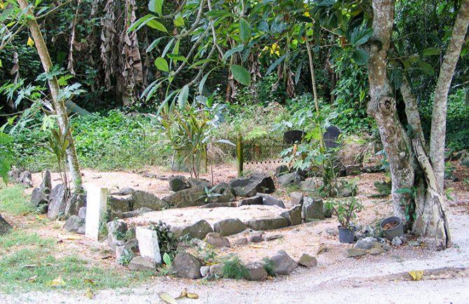 Vieux cimetière de Fare, a Huahine