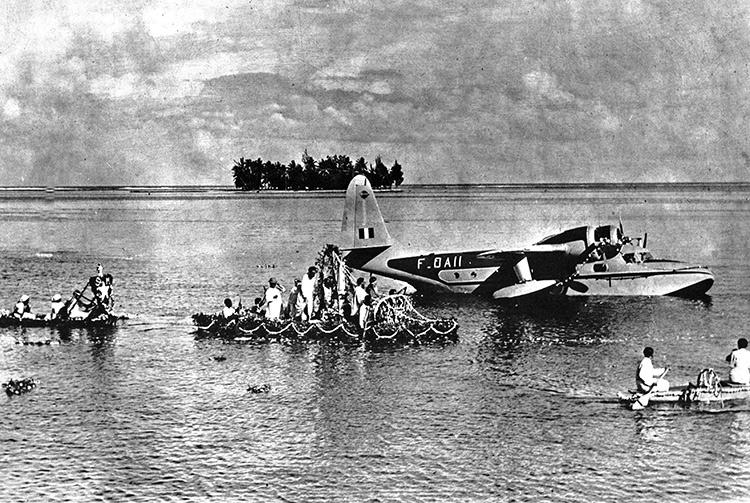 Le Grumann - Mallard d'Air Tahiti F. OAI I reçoit, dans le port de Papeete, N.-D. de Fatima en 1953.