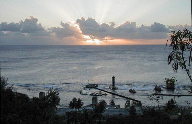 Coucher de soleil sur le port de Temao à Makatea