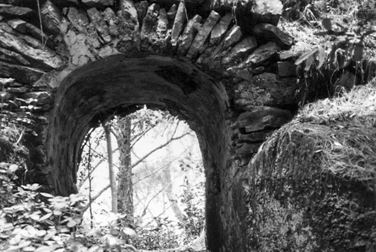 Sentier Teruakeika et arc de triomphe de Kirimiro, à Mangareva © Tahiti Heritage
