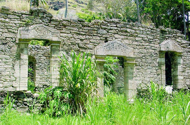 Vestiges de la maison du roi à Akamaru, Gambier en 2000 © Tahiti Heritage