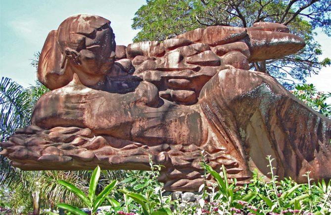 """Sculpture """"Tahiti, entre mer et nuages"""" de George Oudot"""