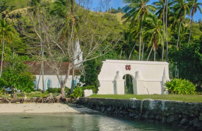 L'embarcadère, le portail et l'église de Taravai. Gambier. Photo Olivier Babin 2003