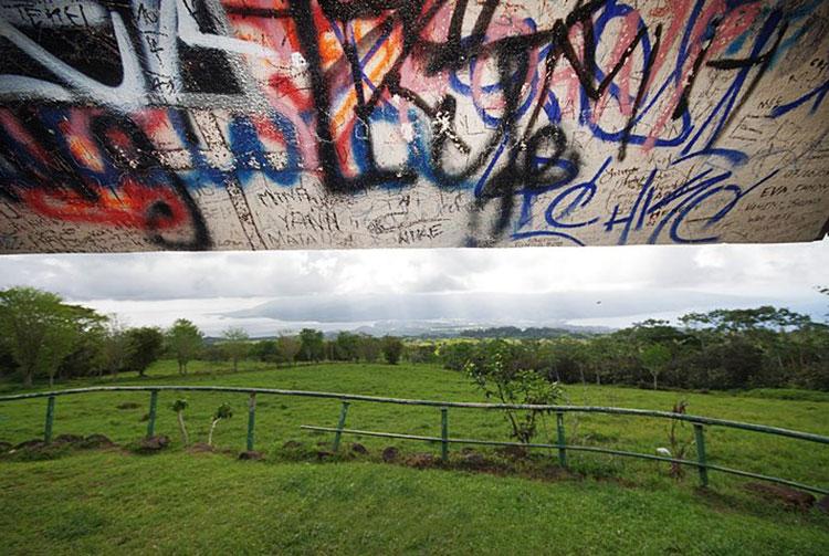 Graffitis au belvédère de Taravao, Tahiti. Photo Yan Peirsegaele