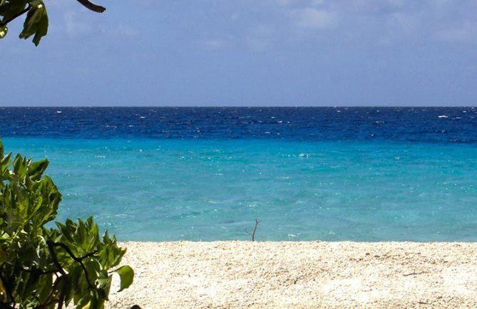Lagon bleu devant le motu piuu, dit aux coquillage, à Kauehi