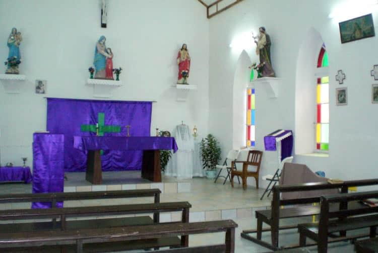 Intérieur de l'église Saint-Anne de Vahitahi.