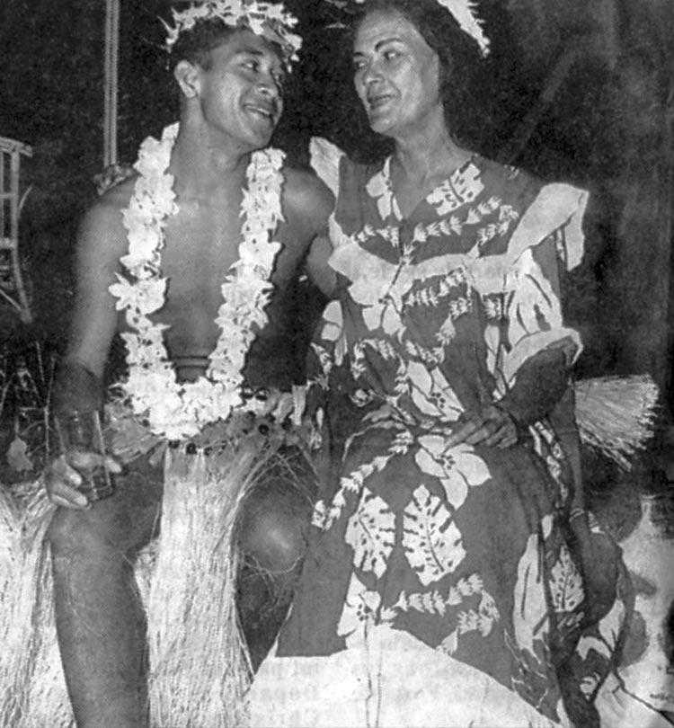 Coco Hotahota et Madeleine Moua à l'Hôtel Tahiti Village en 1962. Photo J.C Soulier