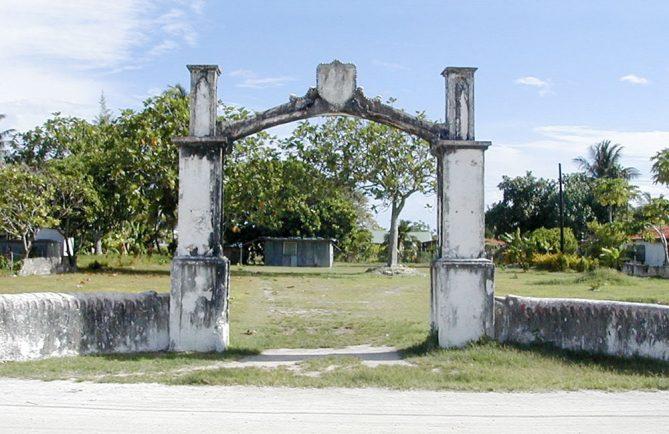 L'ancien porche de Tiputa, Rangiroa en 1998 © Tahiti Heritage
