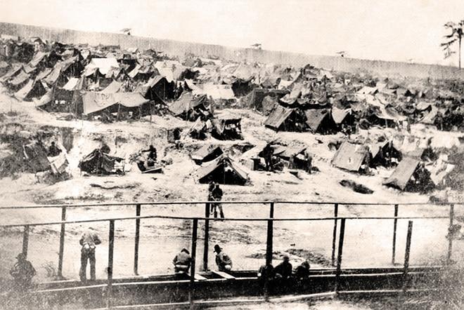 Camp de prisonniers d'Andersonville lors de la guerre de sécession.
