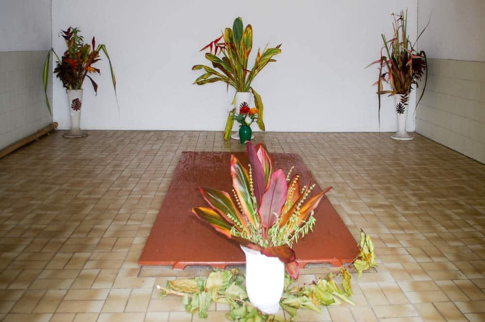 Intérieur du tombeau de la famille Salmon, à Papara