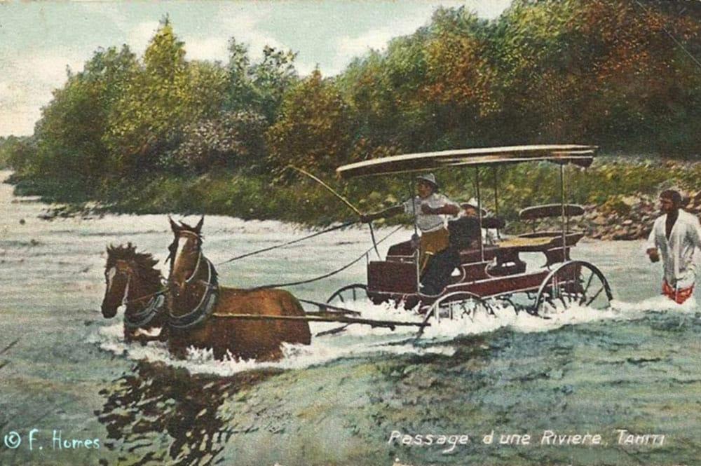 Passage en calèche d'une rivière de Tahiti, vers 1900. Photo F. Holmes