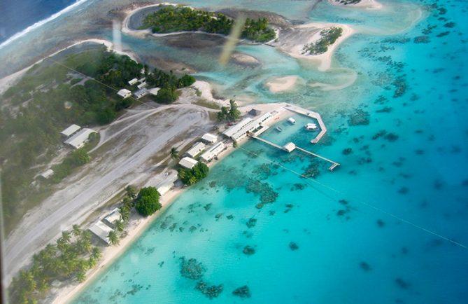 Nouveau village de Nukumaru, à Aratika, vu d'avion