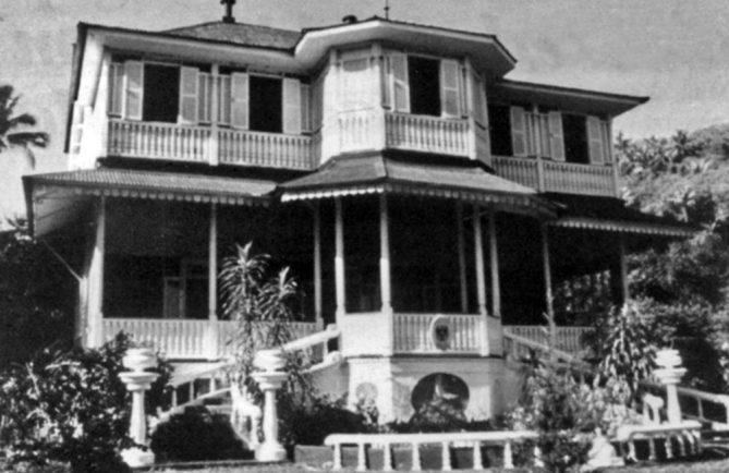 La Saintonge, devenue l'hotel de ville d'Arue, Tahiti, en 1950
