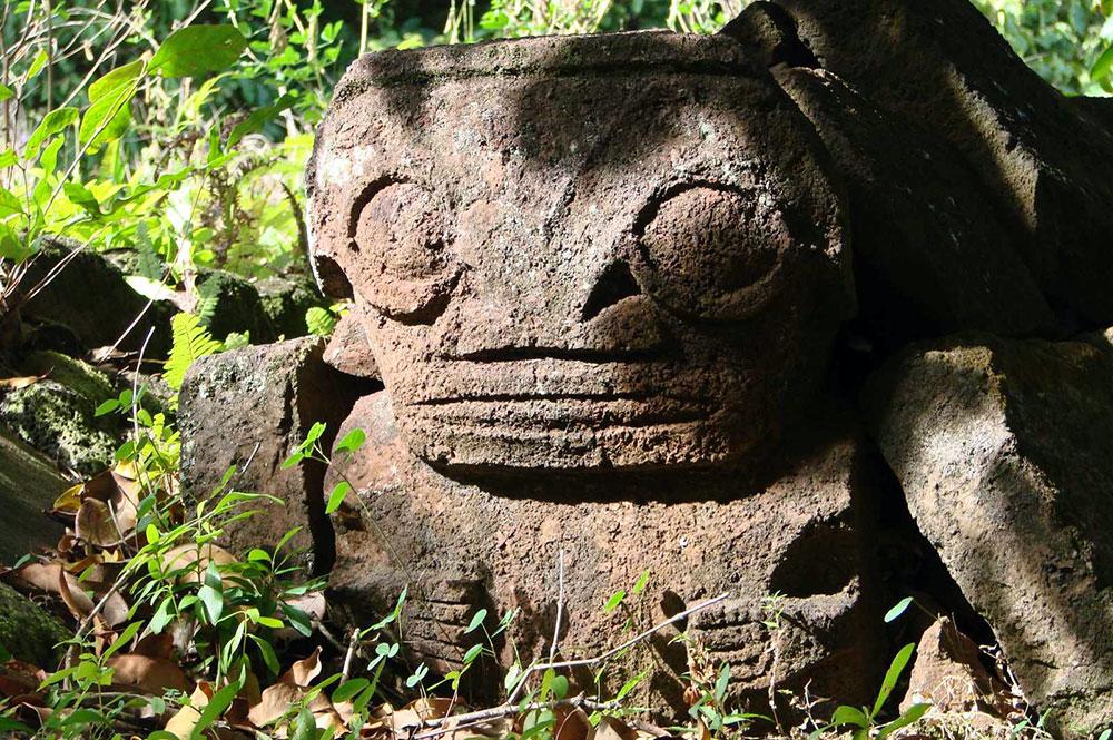 Tiki du vieux cimetière d'Atuona, Hiva Oa. Photo Jean Sancourt