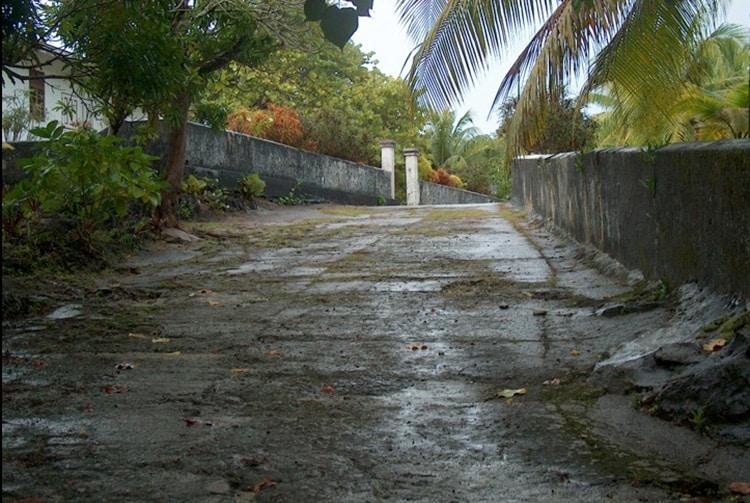 Route devant le temple protestant de Makatea en 2009