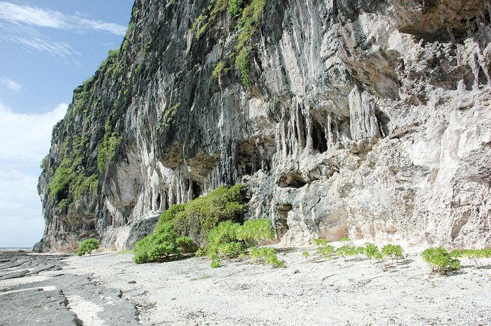 Rivage et falaise de Temao, à Makatea