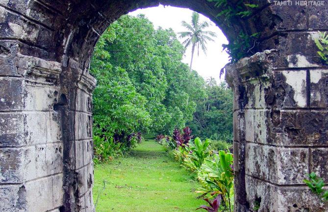 Arche du portail du couvent de Rouru, à Mangareva © Tahiti Heritage