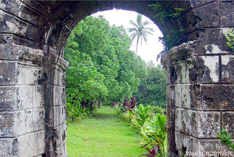 Arche du portail du couvent de Rouru et chemin des soeurs © Tahiti Heritage