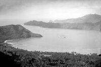 La baie de Anaho à Nuku Hiva en 1898, avec l'aviso Aube. Photo L. Lemasson