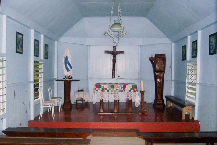 Intérieur de la chapelle de Hooumi à Taipivai, Nuku Hiva. Photo Anastas