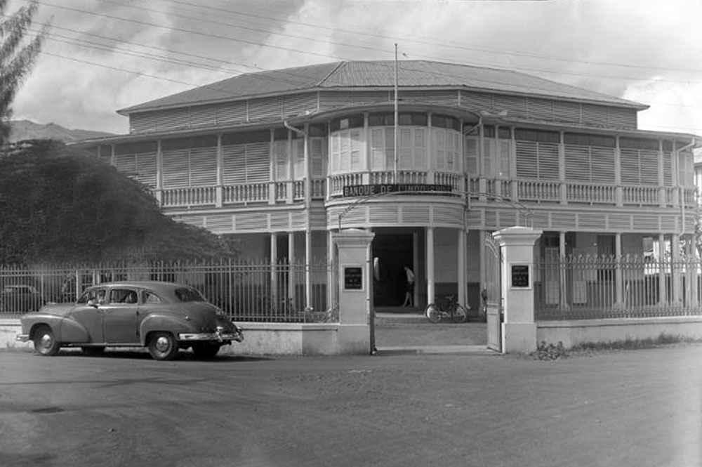 La Banque de l'Indochine de Papeete en 1952. White-aviation.