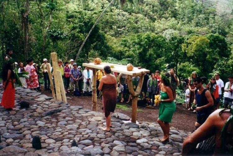 Cérémonie de re-sacralisation du marae Tupuhaea de Hamuta en 2000