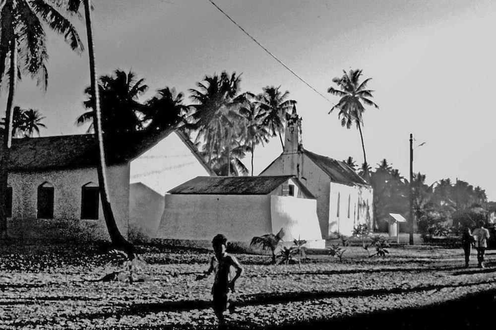 EEglise et citerne d'eau du village de Hakamaru à Tureia. Photo Philippe Reichert