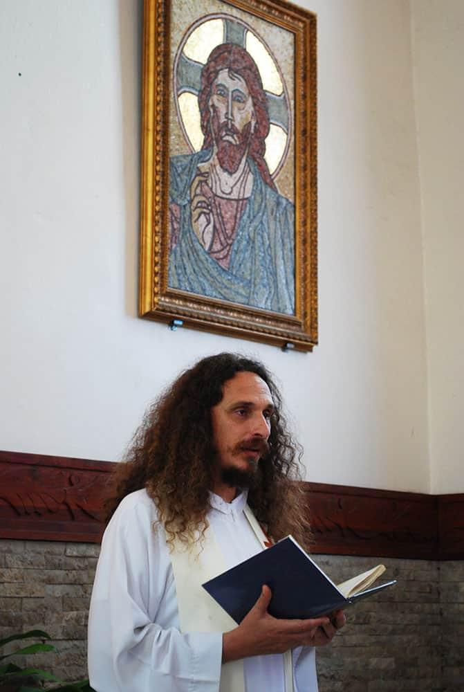 Père Christophe devant le Christ Pantocrator de la cathédrale de Papeete en octobre 2009