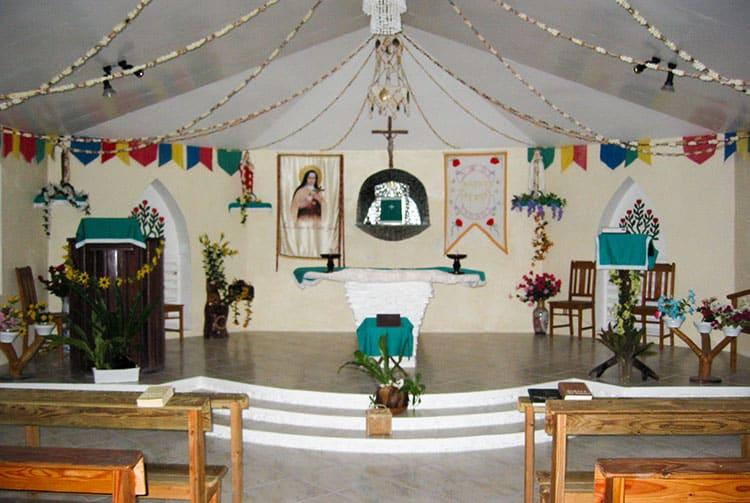 Intérieur de l'église Sainte Thérèse de l'enfant-Jésus de Raraka © Tahiti Heritage