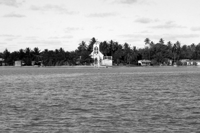 Le village de Kauehi en avant la construction de la digue. © Tahiti Heritage