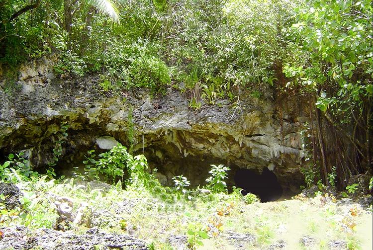 Entrée de la grotte de Hina à Moumu, Makatea © Tahiti Heritage