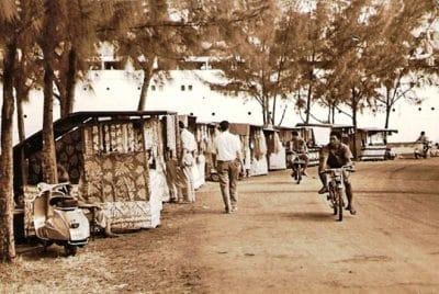 Boutiques ambulantes du Heiva 1963 à Papeete, Tahiti. Photo Carabasse