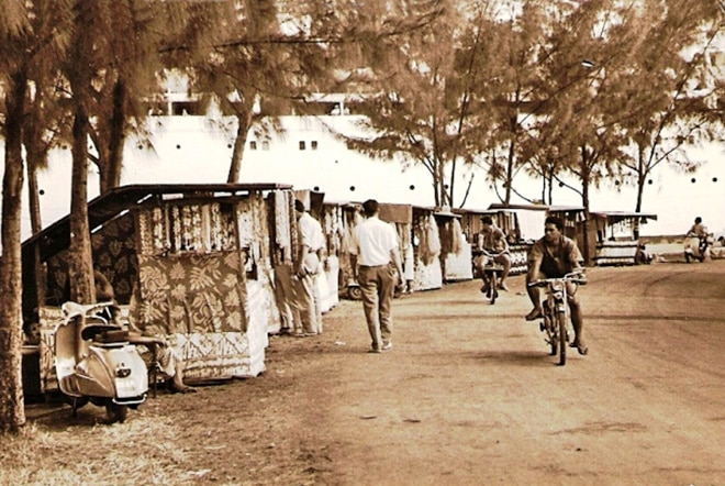 Boutiques ambulantes du Heiva 1963 à Papeete, Tahiti. Photo Carabasse