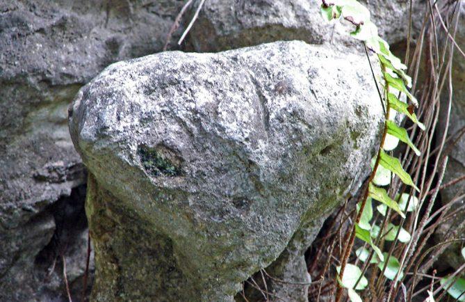 Rocher de l' extraterrestre E.T de la grotte Ae'o à Rututu. © Tahiti Heritage