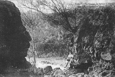 Le passage du sphinx à Tiarei, Tahiti 1909. Photo Lucien Gauthier