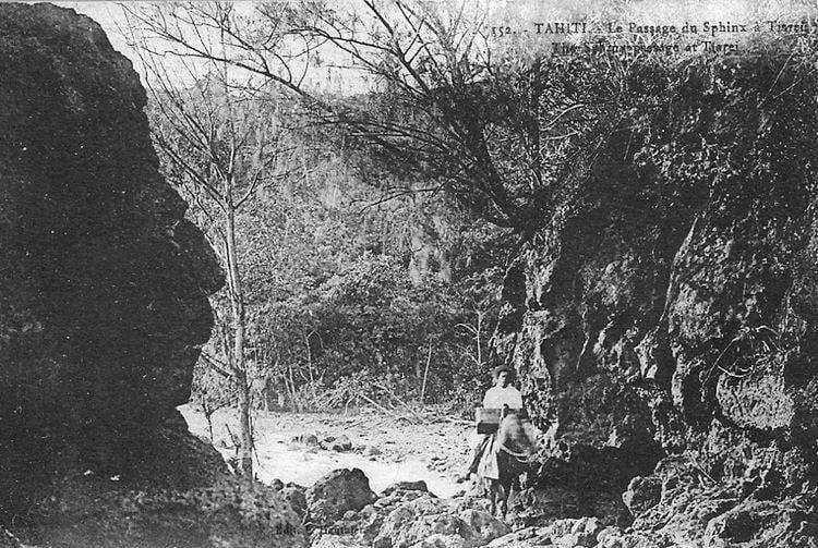 Le passage du sphinx à Tiarei, Tahiti 1909. Photo Lucien Gauthier